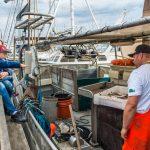 Magnus Hansen snakker fisk og fiskeri med den yngre generation_ foto Michael Boisen