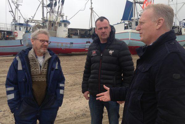 Morten Klessen (S) kandidat til Europa parlamentet snakker kystfiskeri med Thomas Højrup fra Thorupstrand og Søren Jacobsen fra Foreningen for Skånsomt Kystfiskeri